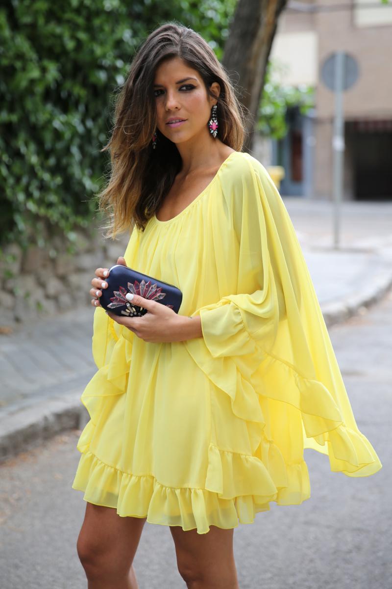 trendy_taste-look-outfit-street_style-ootd-blogger-blog-fashion_spain-moda_españa-yellow_dress-vestido_amarillo-boda-wedding-evento-clutch_pedreria-mas34-sandalias_azules-blue_sandals-2