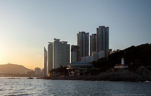 ocean bridge sunset sea lighthouse building silhouette skyline skyscraper haze cityscape wind windy shore busan highrise cape southkorea seaofjapan haeundaebeach gwangan eteläkorea canon40d apechouse dongbaekseomisland