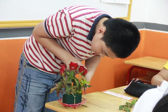 học sinh học cắm hoa