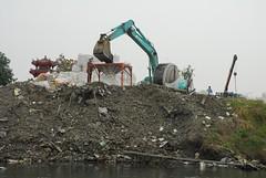 二仁溪沿岸,電子廢棄物棄置場。黃煥彰提供