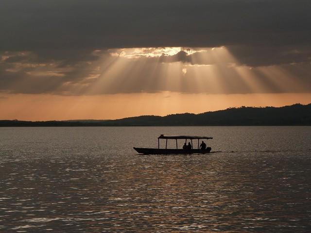 Lago Petén Itzá (Guatemala) al atardecer