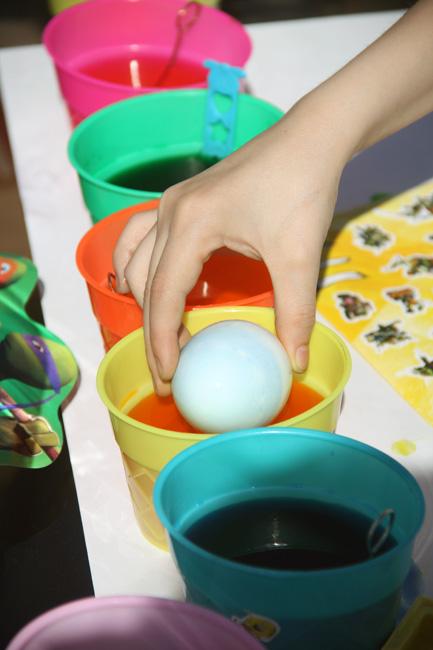 Nathan-hand_Dying-egg