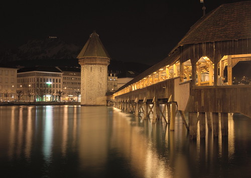 kapellbrücke luzern lucerne switzerland night longexposure langzeitbelichtung dark lights reflection lake vierwaldstättersee nikond7100 sigma1750 f28 bridge building architecture schweiz pilatus