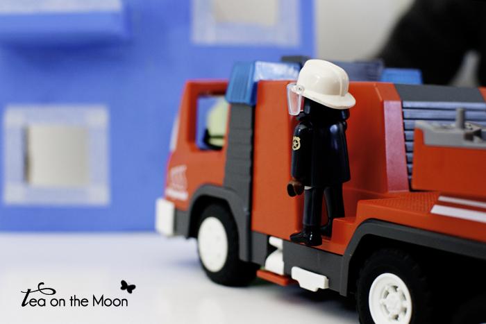 Casa con caja de cartón playmobil camión bomberos