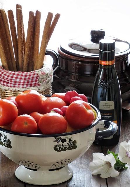 Minestrone tiepido di Legumi ai tre Pomodori con pesto leggero di Erba Cipollina e Raspadura