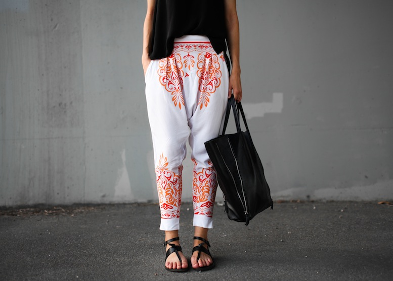 modern-legacy-fashion-blog-australia-mlm-millie-loves-min-santorini-printed-harem-pants-buy-style-tips (3 of 5)