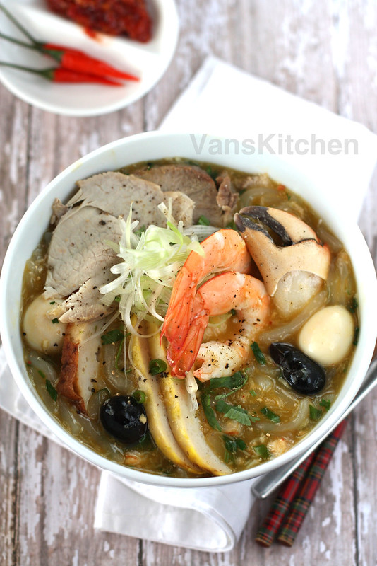 Vietnamese crab thick noodle soup -- Bánh canh cua