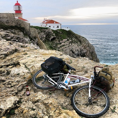 "CharRie's Café bike laying down on ""the end of the world"" Cabo de São Vicente where is the Southernwesternmost point of European Continental. ここが「世界の果て」ユーラシア大陸最南西端地点サン・ヴィセンテ岬の端っこー!  Special Thanks to my sponsors: #huntercycles #chrisking #cafeducycliste #"