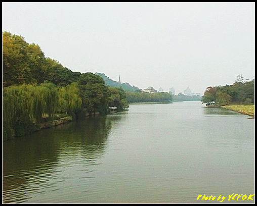 杭州 西湖 (其他景點) - 220 (從白堤上的孤山旁望北山路 白堤結束點 北裡湖與西冷橋旁的湖畔及保淑塔)