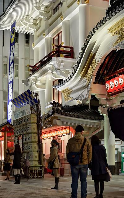 Couple look at Kabukiza (歌舞伎座)