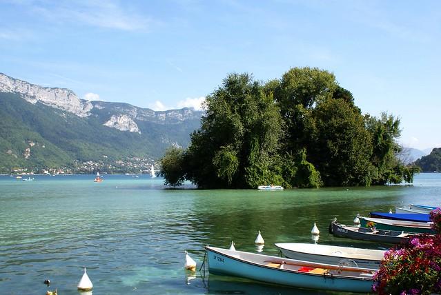 L'ile des cygnes sur le lac d'Annecy