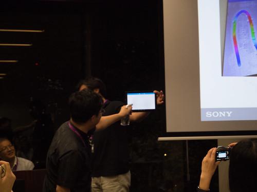 Xperia アンバサダー ミーティング デモ : Xperia Z4 Tablet では 滴り落ちる程の水滴がついていても、操作できます (1)