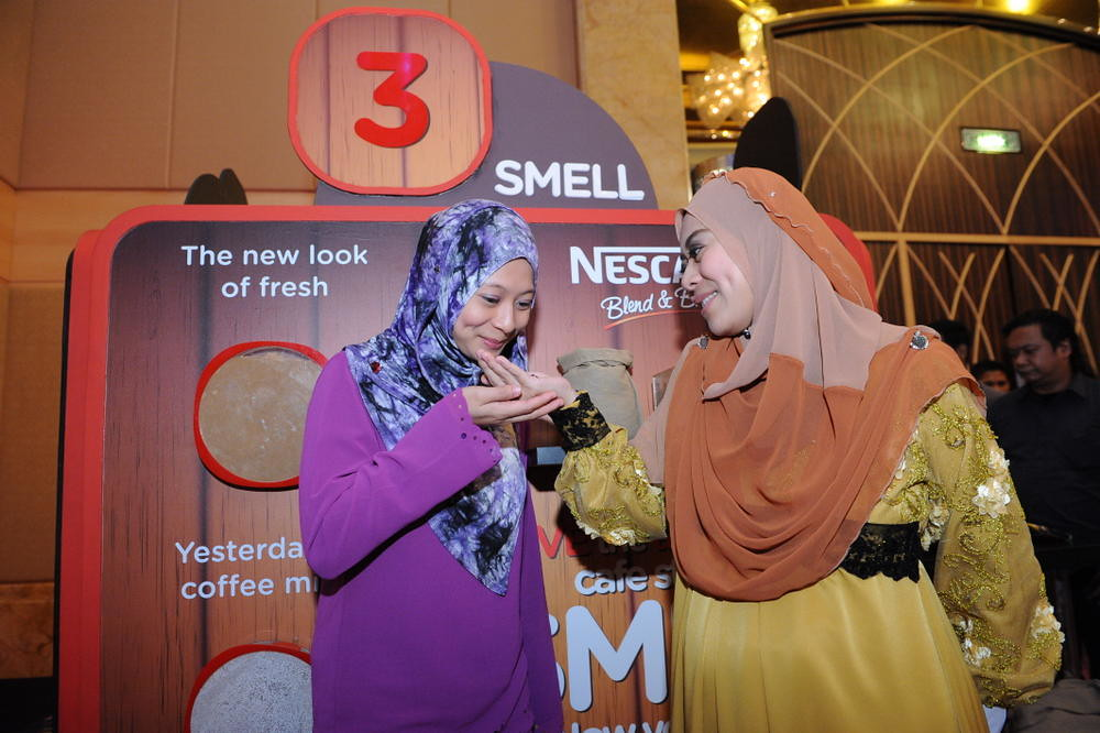 Guests smelling coffee beans at the NESCAFÉ® Blend & Brew™ sensory booth