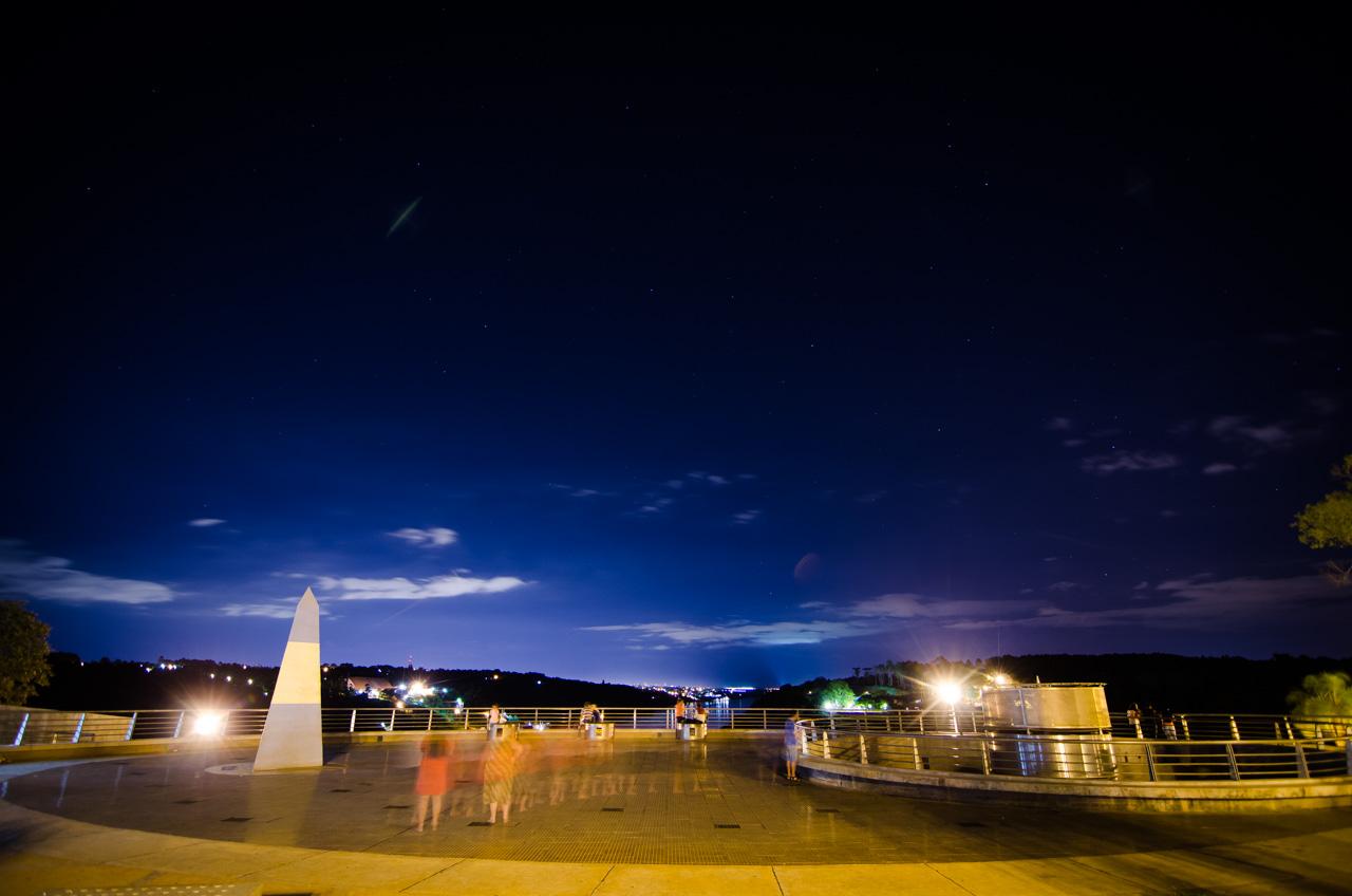 En el Hito Tres Fronteras (lado argentino) hay una hermosa plaza habilitada las 24 horas, permite a los turistas recrearse, admirar la belleza de las tres fronteras y llevarse un souvenir de las tiendas. (Elton Núñez).