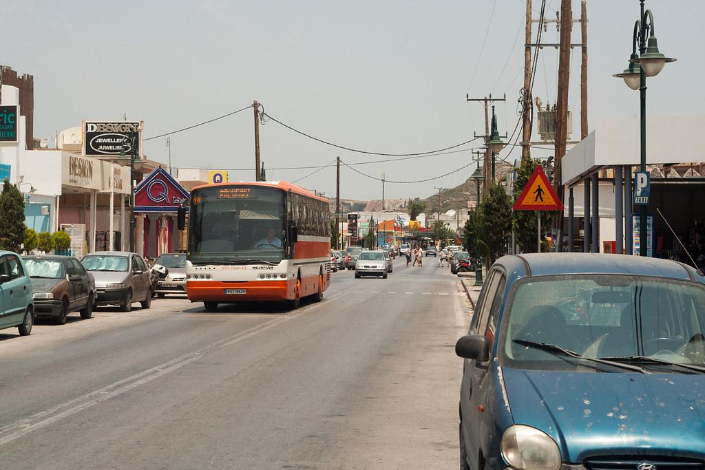 На острове работает автобусная компания.