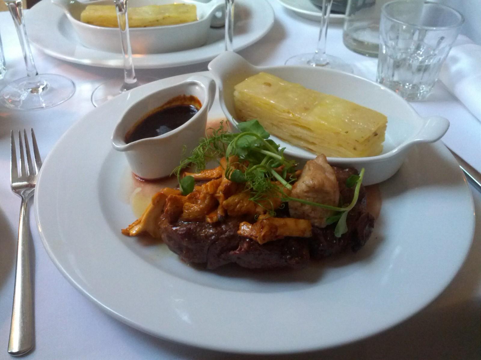 Australske kornfodrede ribeye, serveret med pommes anna, kantareller, Smørstegt brissel samt sauce bordelaise