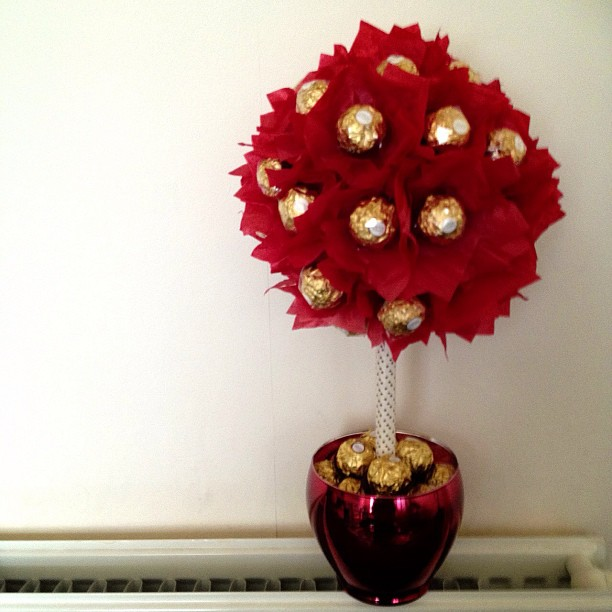 The photo doesn't do it justice #sweettree #candytree #ferrerorocher #red #gold #wedding #gift