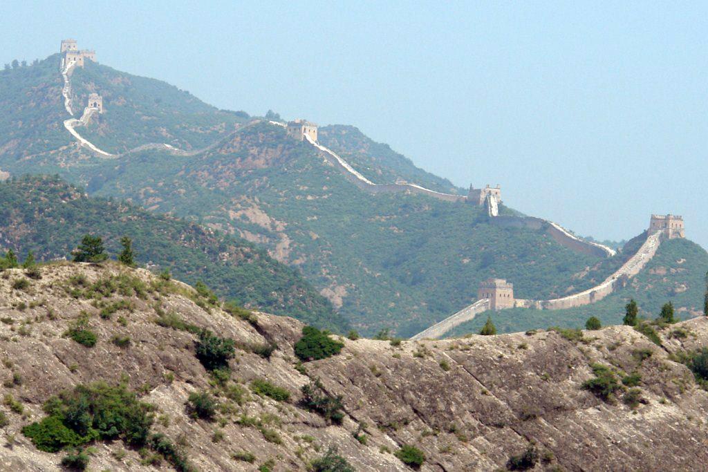 Desde el teleférico que te deja a mitad de recorrido ya se puede disfrutar de las increíbles vistas del tramo de Simatai Simatai, en las alturas de la Gran Muralla China - 9582332037 a9b1093143 o - Simatai, en las alturas de la Gran Muralla China