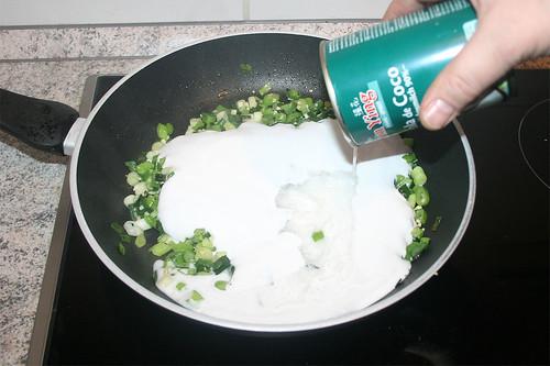 33 - Mit Kokosmilch ablöschen / Deglaze with coconut milk