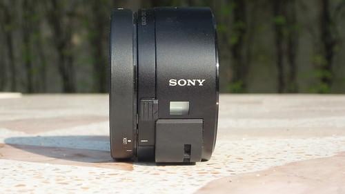 Sony Cybershot QX-10 ด้านขวา มีจอ LED แสดงสถานะ ตัวล็อกเพื่อเปิดฝา