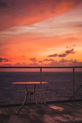 bar sunrise carribean tisch sonnenaufgang karibik cruiseshipkreuzfahrtschiff