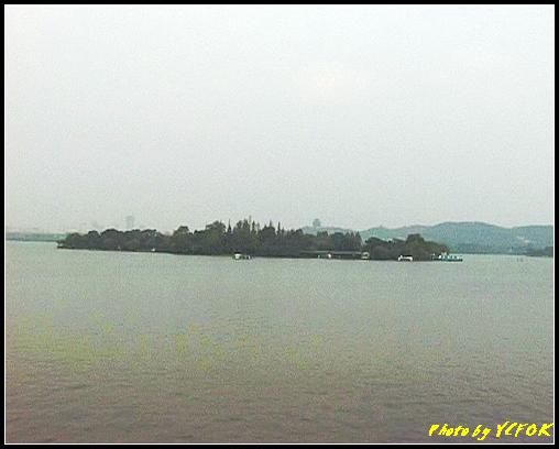 杭州 西湖 (其他景點) - 285 (在西湖十景之 蘇堤 看西湖上的小瀛洲及吳山天風上的城隍閣)