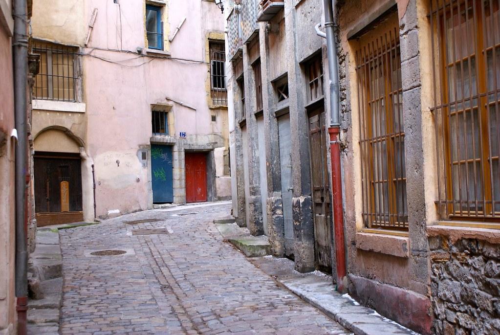 Une des rares rues calmes et sans commerce du quartier Vieux Lyon.