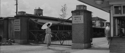 19−郡山市富久山町の日東紡の門で待つ妹きみ子