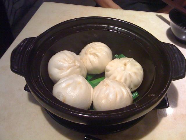剛上桌還沒翻面的雪菜生煎包@新北永和,宴上海