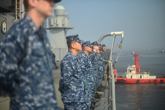 Sailors man the rails as USS Blue Ridge (LCC-19) arrives in Manila, March 18. (U.S. Navy/MC3 Kelby Sanders)