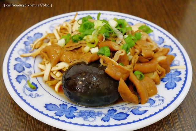 19638123166 ebeb774a05 z - 【台中北區】董媽涼麵。篤行市場附近的傳統小吃美食,小菜滷味也很好吃,夏天吃涼麵最過癮,
