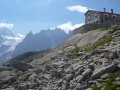 Le refuge du Couvercle devant les aiguilles de Chamonix
