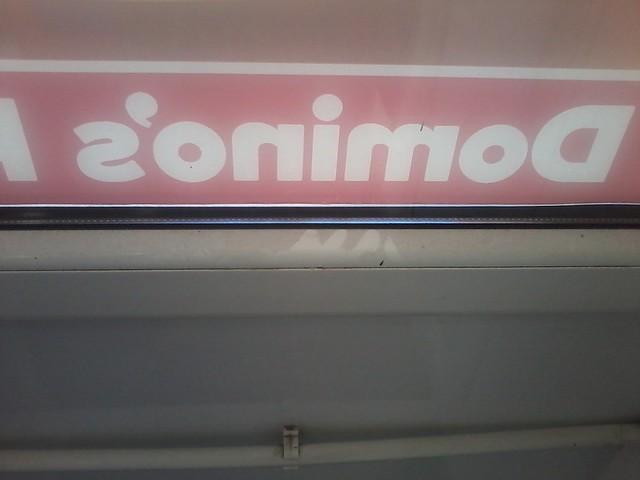 Dominos_подоконник_пыль