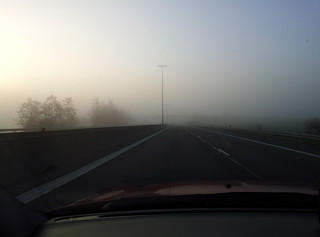 Brouillard sur l'autoroute en Belgique