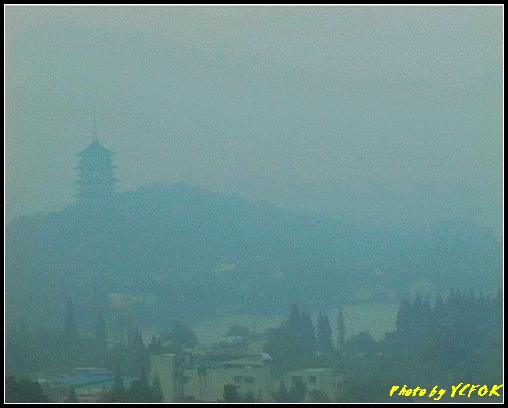 杭州 吳山天風景區 - 047 (城隍閣 從城隍閣望向霧中的雷峰塔)