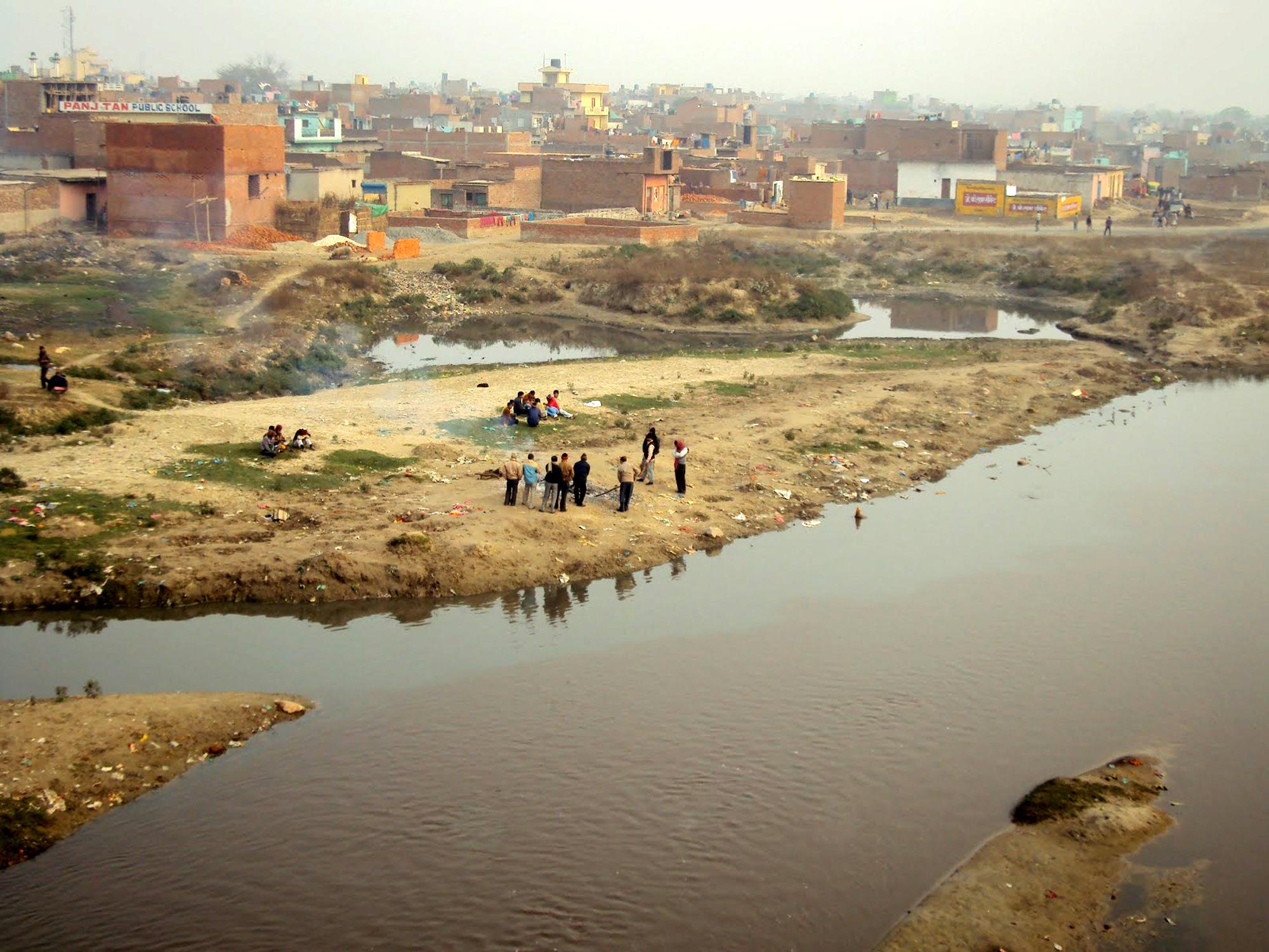हिंडन नदी के डूब क्षेत्र में अवैध निर्माण