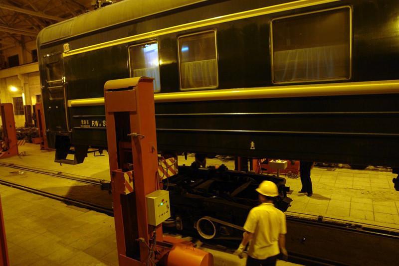 Gatos hidraulicos levantando los vagones para el cambio de bogies Fronteras del Transiberiano - 12727246503 b485c06c67 c - Fronteras del Transiberiano