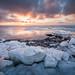 Lever du soleil sur un littoral glacé/Sunrise on an icy coastline/salida del sol en un litoral congelado by Ceomga