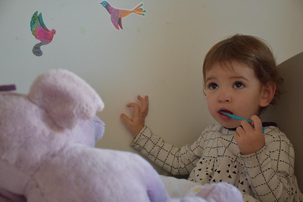 Eva cepillándose los dientes.