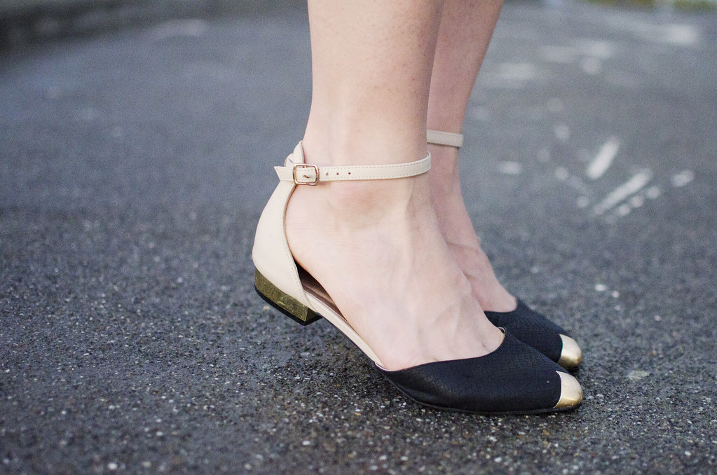 pointy flats, dailylook flats, flats with gold accents, readytwowear, cute pointy flats, gold heeled shoes></a>  <a href=