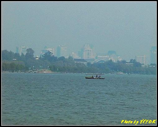 杭州 西湖 (其他景點) - 393 (從西湖 湖心亭上看白堤上的西湖十景之 斷橋 (右面) 左面是錦帶橋)