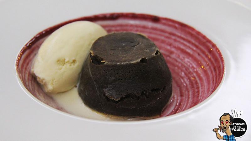 Coulant de chocolate casero con helado de Baileys y crema de frutos rojos