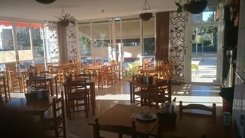 Grandioso salón comedor, totalmente equipado. Listo para funcionar. Solicite más información a su inmobiliaria de confianza en Benidorm  www.inmobiliariabenidorm.com