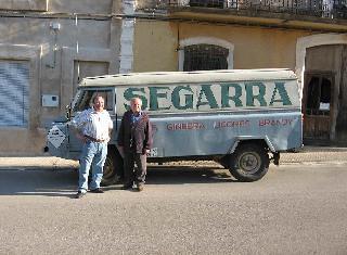 Julián Segarra y Julián Segarra delante de la camioneta de SEGARRA en la puerta de la destilería de JULIAN SEGARRA de Chert.