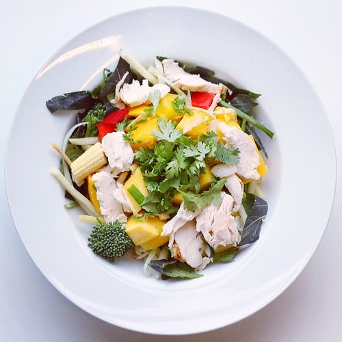 Exotic fruits week. Mango recipe (omnivor). Green Papaya,  pepper,  chicken, purple pak choi, mango, coriander, broccoli, spring onions. Fresh ginger grated, sunflower oil, lime juice.  #salad   #happydesksalad #desklunch #desk    #chicken  #nutrition #nu