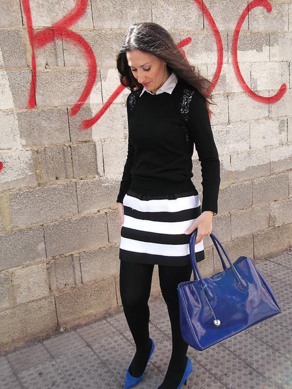 falda de rayas negras y blancas, jersey negro de encaje,  camisa blanca, medias tupidas negras, zapatos bolso azul Klein, black and white stripes' skirt, black lace jersey, white shirt, black thick stockings, shoes bag Klein blue, zara, calzedonia, sheinside, prada, furla
