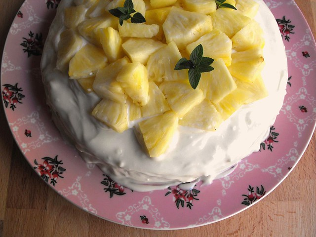Bolo de coco com cobertura de queijo creme e abacaxi