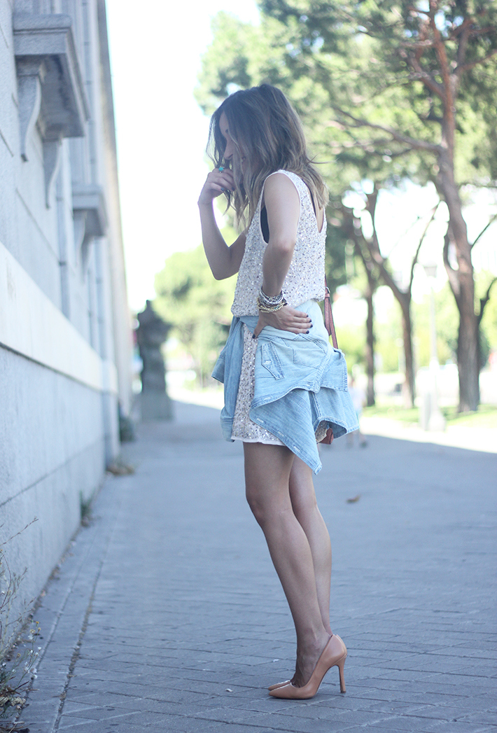 shorts and top with sequins summer outfits10