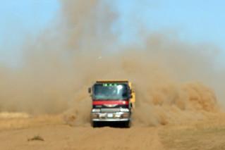 Camión que apareció de repente entre el polvo de las dunas y nos dio un buen susto. El entorno sagrado de las dunas Mongol Els de Mongolia - 9056732263 fddbabee24 n - El entorno sagrado de las dunas Mongol Els de Mongolia