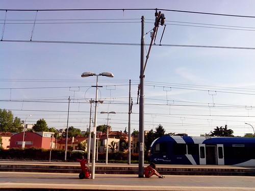 Viaggiatrice attende il treno a Mestre by Ylbert Durishti